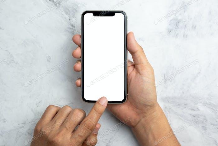 Hand mit weißem Smartphone-Bildschirm auf der Draufsicht