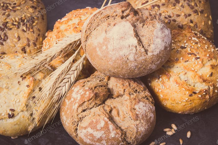 Wholegrain rolls or bread with seeds