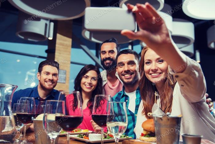Amigos Encantador selfie por smartphone en Restaurante