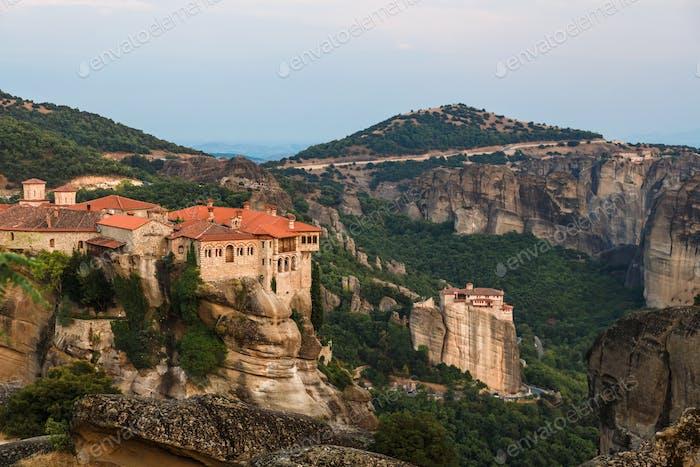 Das Kloster Varlaam im Vordergrund in Meteora, Griechenland