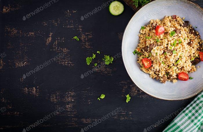 Bulgur Pilaw mit Fleisch und Gemüse.