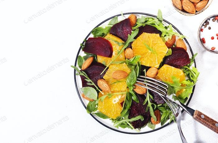 Rote-Bete-Salat mit Orange, Rucola und Mandeln Nuss