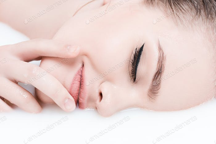 Porträt von attraktiven jungen Frau entspannen im Bad mit Milch