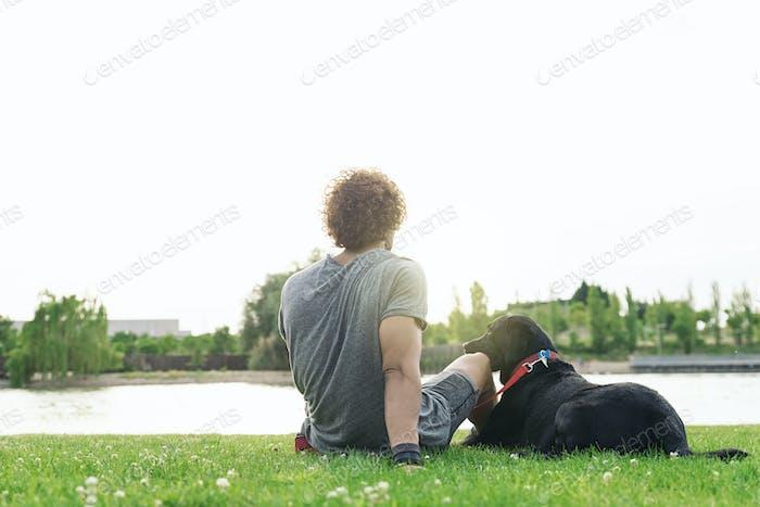 Mann, der Spaß mit seinem Hund hat.