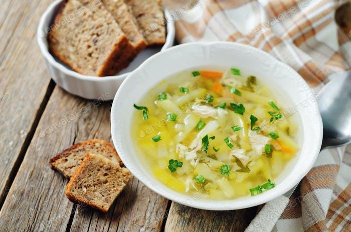 Calabacín sopa de pollo con pan