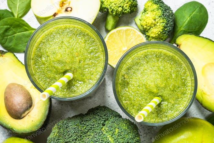 Grüner Smoothie aus Obst und Gemüse auf Weiß