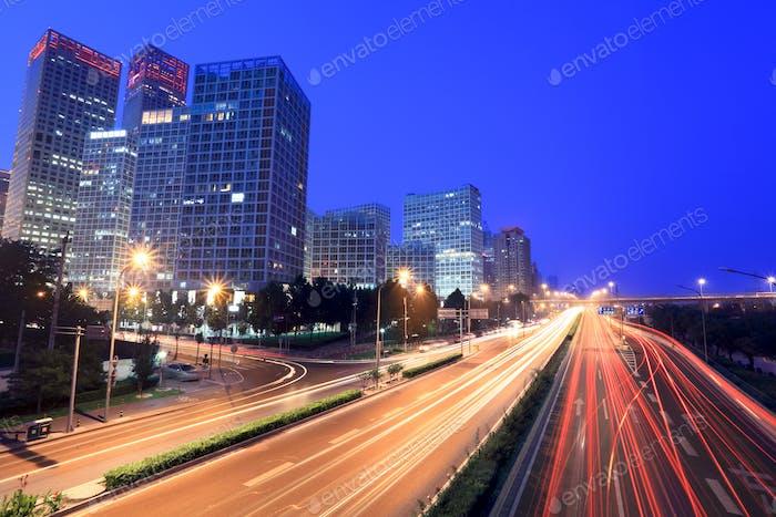 Peking Stadtbild in der Dämmerung mit Verkehr