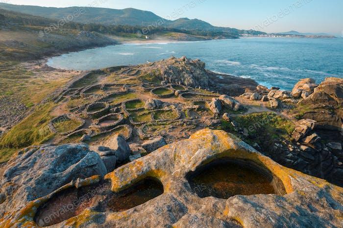 Die Ruinen eines tausendjährigen keltischen Castro auf einem felsigen Isthmus