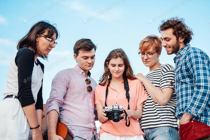 Fünf sehr enge Freunde in einer halben Cicrle