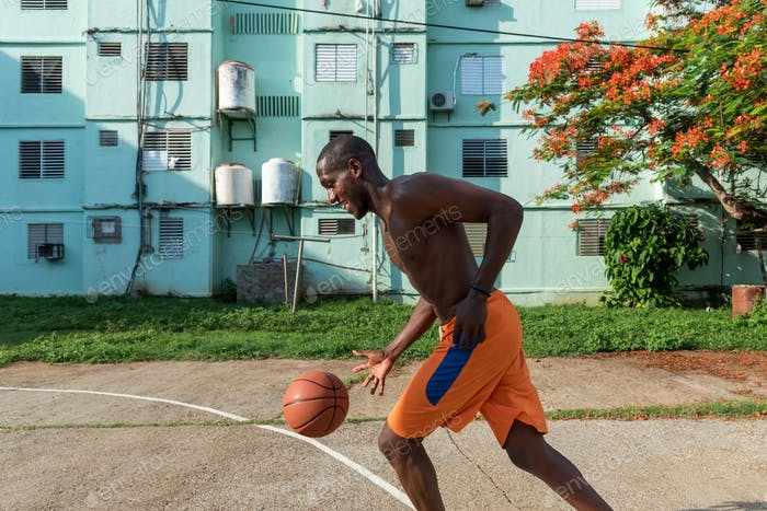Junge African American Man Spielen Basketball auf outdoor Court in Kuba