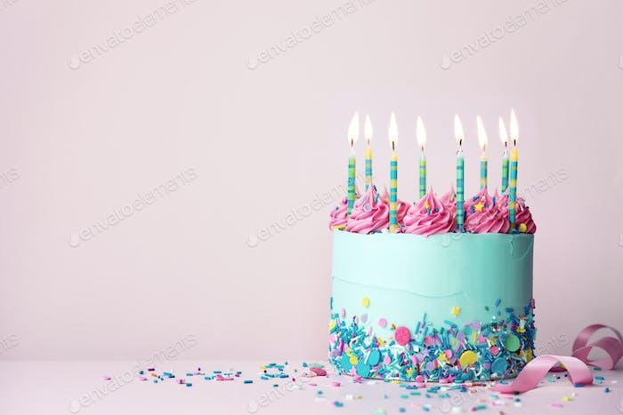 Geburtstagskuchen mit Streuseln und Buttercreme Wirbel