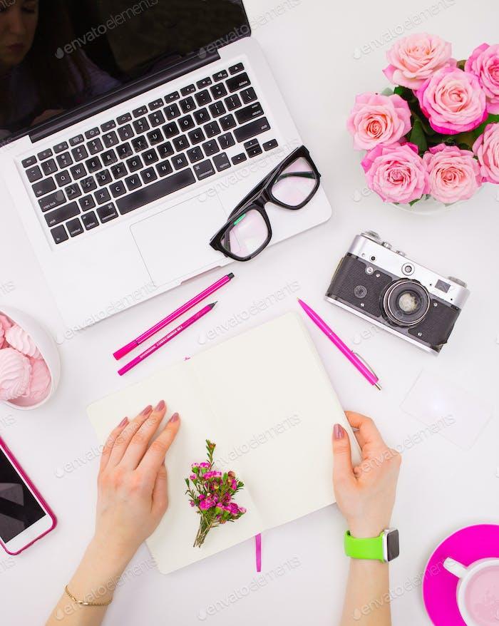 Die weiblichen Hände mit einem Notebook