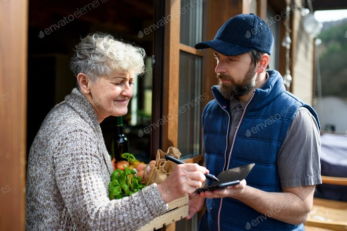 Mann Kurier liefert Einkäufe an Seniorin, Unterzeichnung