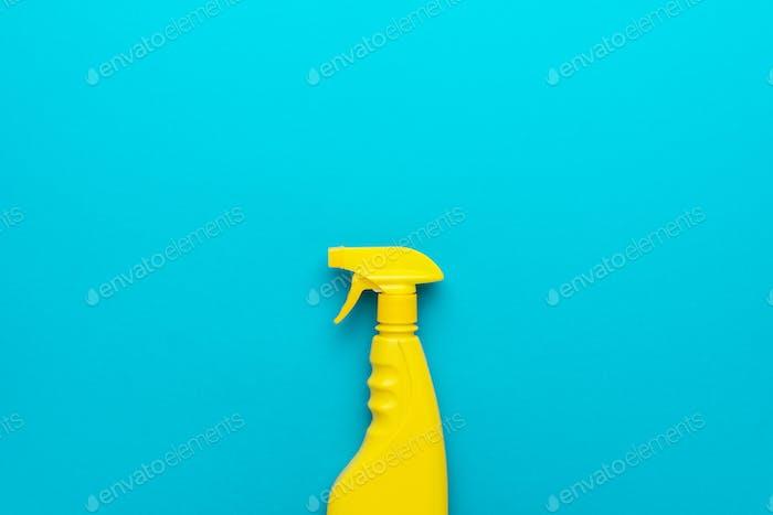 Gelber Kunststoffspender auf blauem Hintergrund mit Kopierraum