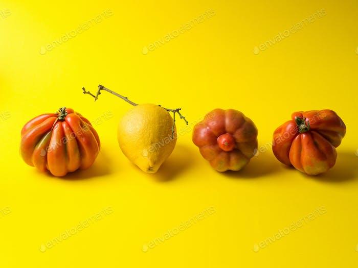 Уродливые фрукты и овощи на желтом фоне