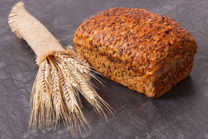 Vollkornbrot zum Frühstück und Ohren von Roggen oder Weizenkorn