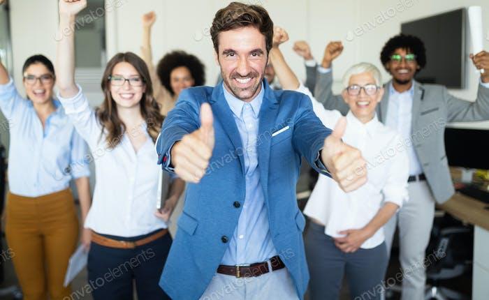 Glückliche Geschäftsleute feiern Erfolg im Unternehmen