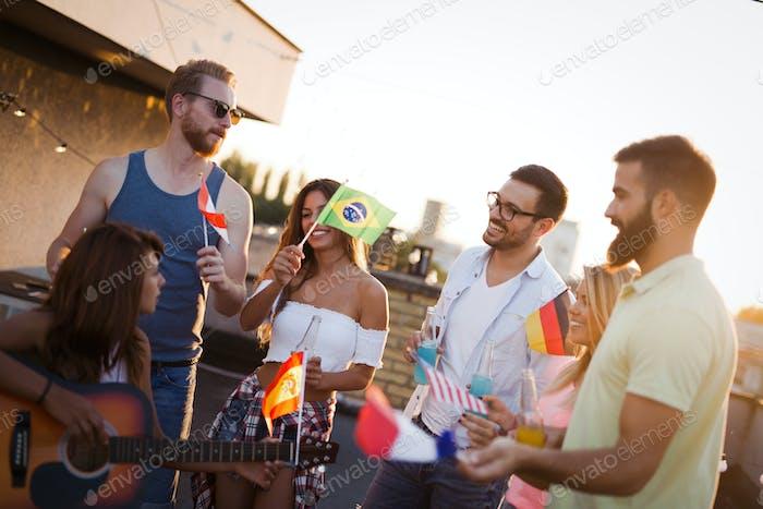 Freunde verschiedener Kulutren, die Spaß haben, Frieden ohne rassistische Vorurteile fördern
