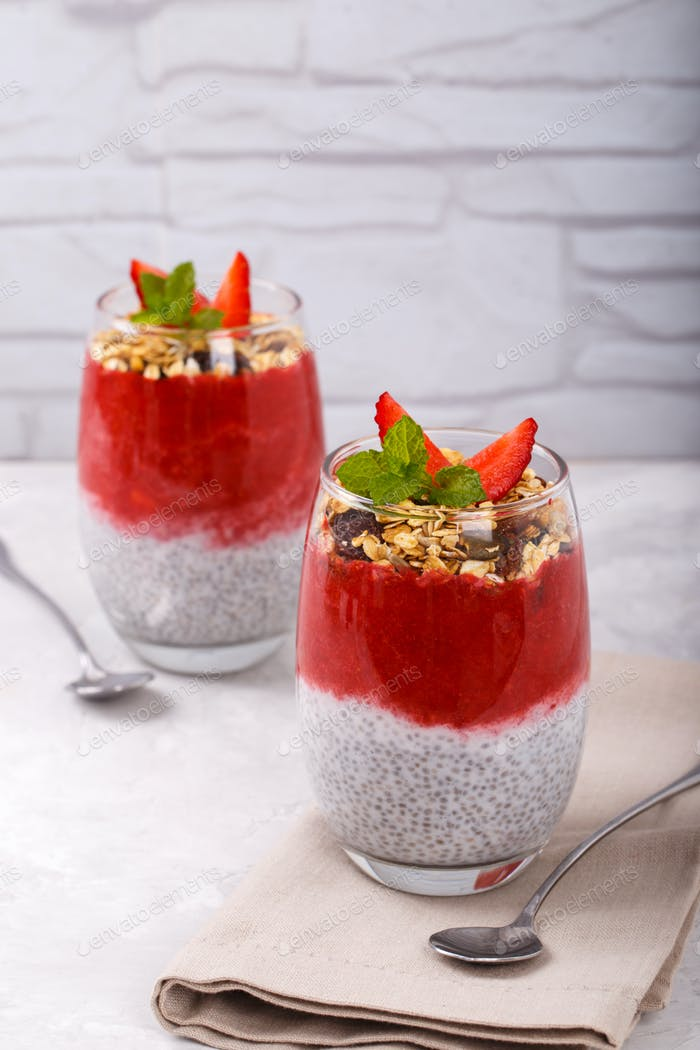 Chia strawberr pudding