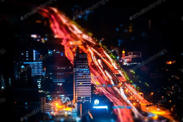 Neigungsverstellung. Futuristisches Nachtstadtbild. Bangkok, Thailand