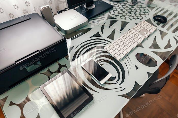 Estación de trabajo con mesa, ordenador e impresora
