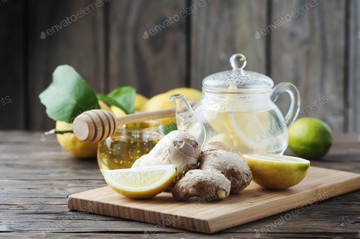 Cocktail mit Ingwer, Zitrone und Honig auf dem Holztisch