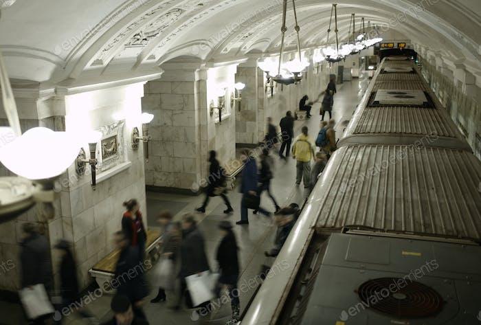 Verschwommene Leute auf dem U-Bahnsteig.
