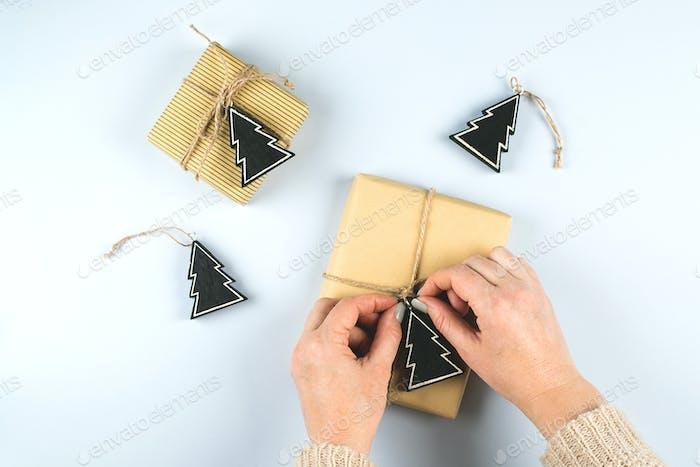 Bastel- und handgefertigte Geschenk-Boxen für Weihnachten auf grauem Hintergrund