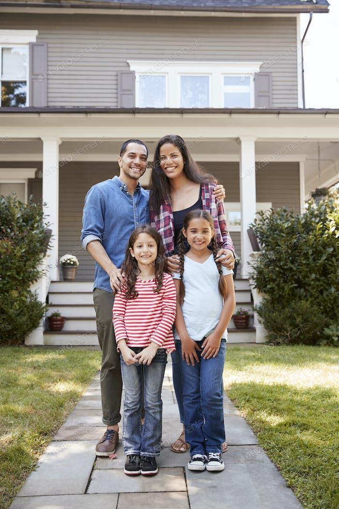 Porträt von lächelnden Familie stehend vor ihrem Haus