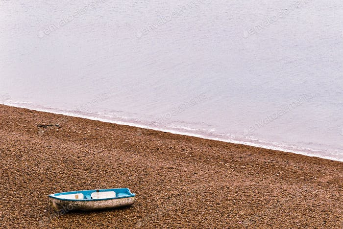 Einsame Boot auf einem Strand