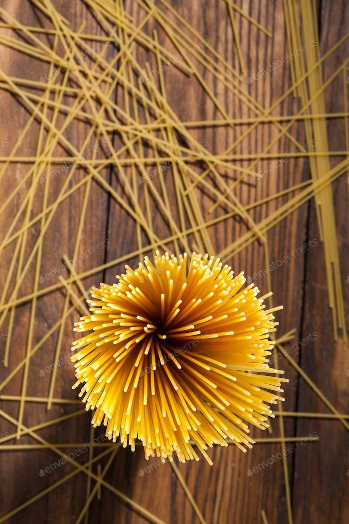 Italienische Spaghetti auf Holzhintergrund