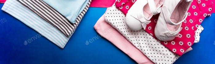 Banner der gefalteten blauen und rosa Body mit Bootsschuhen darauf minimalistisch