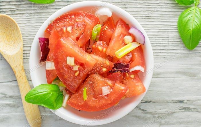 Ein frischer Tomaten- und Zwiebelsalat