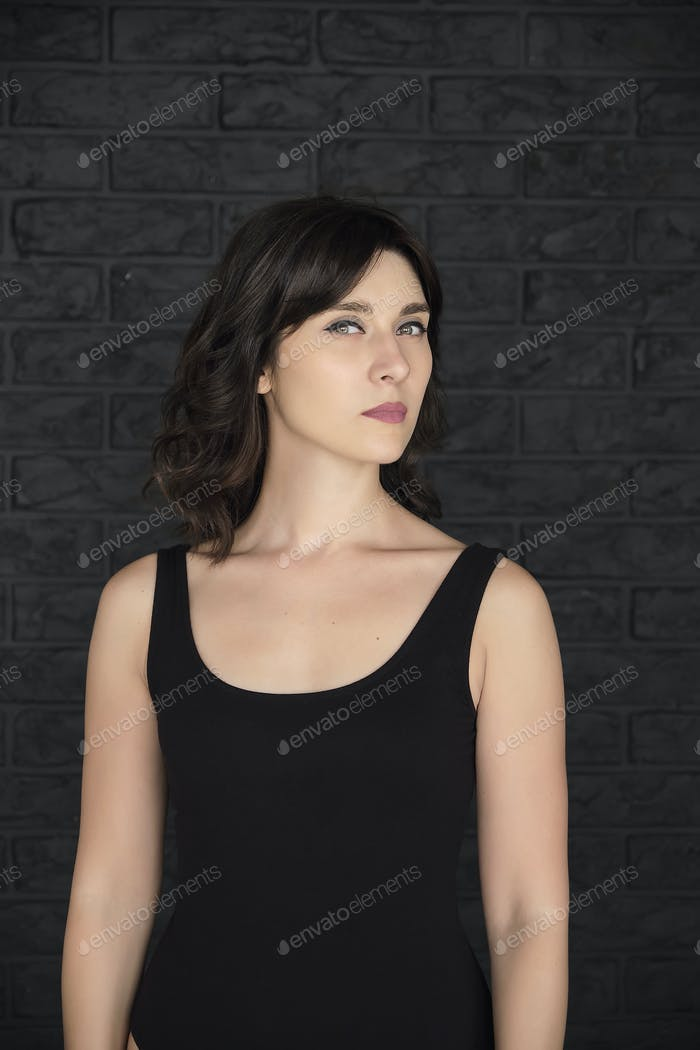 Frau in Schwarzes T-Shirt mit Kopierraum