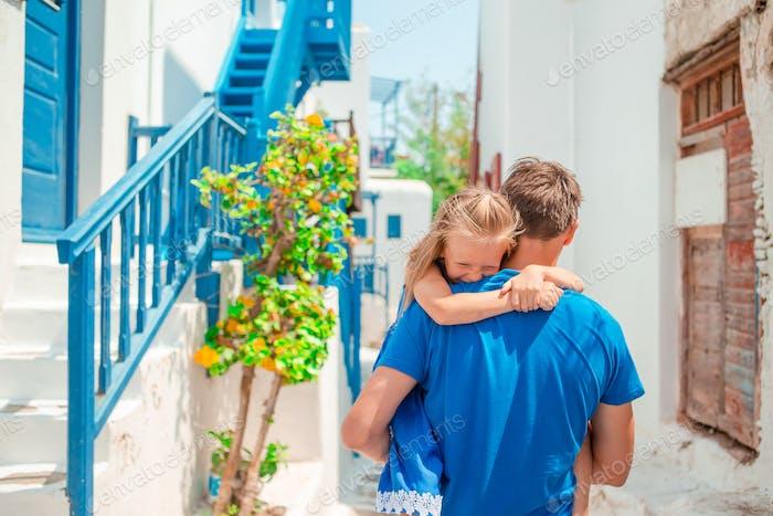 Glückliche Papa und kleine entzückende Mädchen Reisen in Mykonos, Griechenland