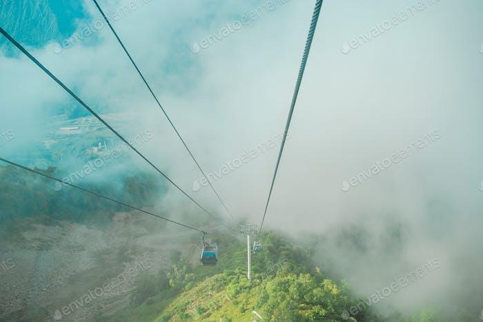 Seilbahn auf dem Gipfel des Roza Peak. Sotschi, Region Krasnodar, Russland