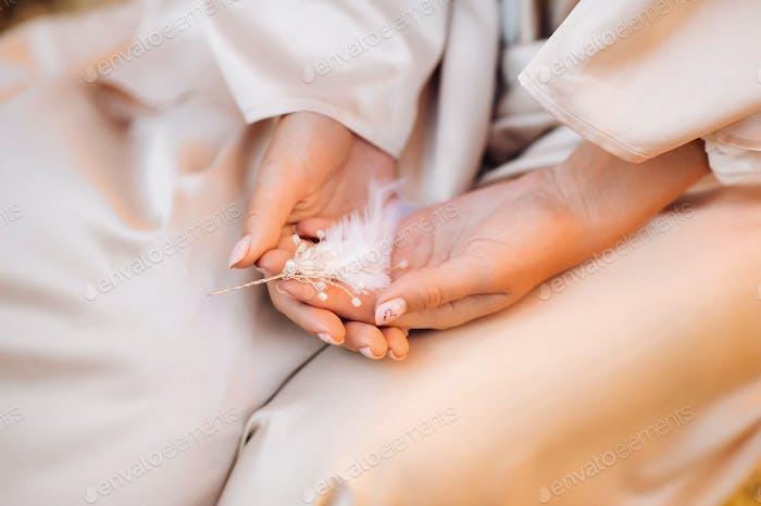 Dekoration in den Haaren mit einem weißen Fransen in den Händen der Braut bei einer Hochzeit in Italien.Wedding