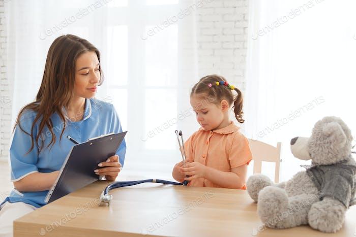 Kind Mädchen an der Rezeption eines Kinderarztes.