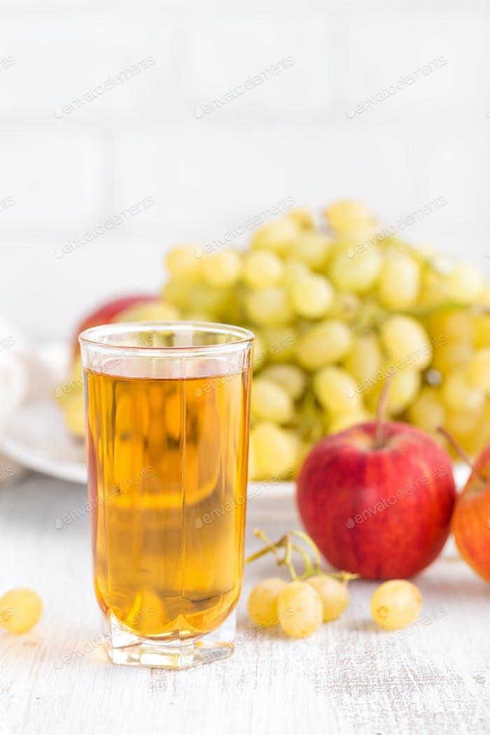 Trauben- und Apfelsaft
