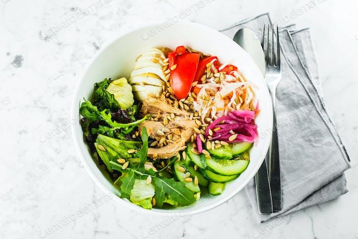 Thunfisch Lunchschüssel Salat mit grüner Mischung, Gemüse, Thunfisch und Samen. Gesundes Lebensmittelkonzept.