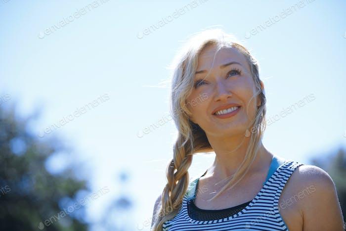 Glückliche Frau genießen im freien