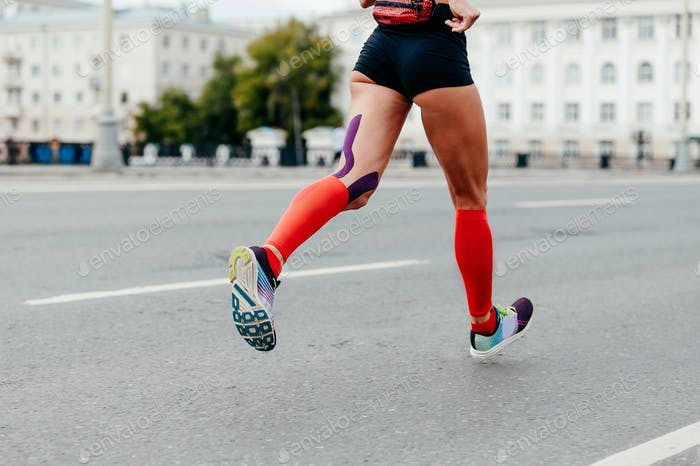 woman running city marathon