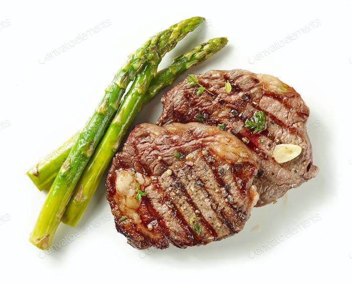 gegrillte Steaks auf weißem Hintergrund