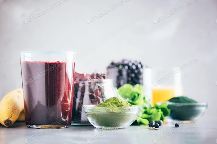 Gesunde Ernährung, alkalische Ernährung, veganes Konzept. Heidelbeeren, Heidelbeere, Gerstengrassaft, Spirulina