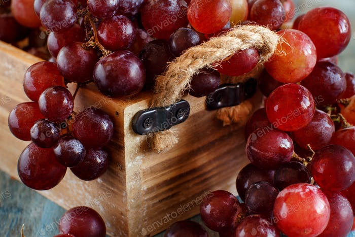 Trauben in einer Holzkiste