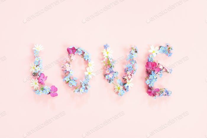 Palabra amor hecho de flores frescas