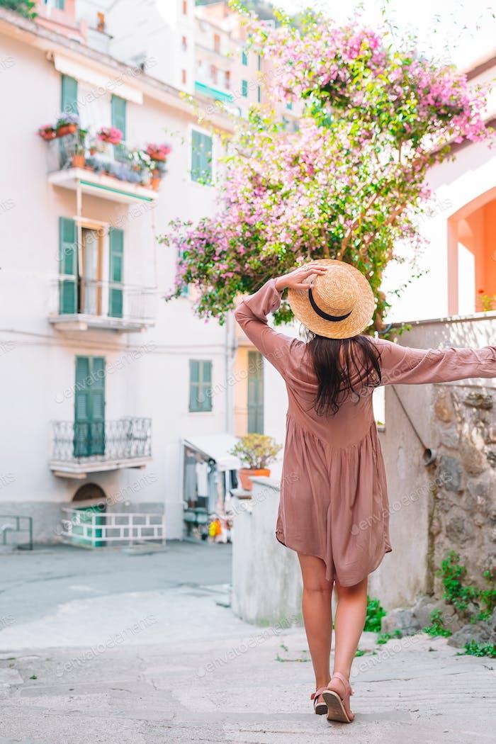 Glückliche junge Stadtfrau in der europäischen Stadt