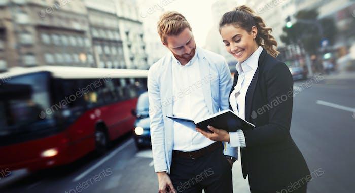 Agente inmobiliario mostrando inversión