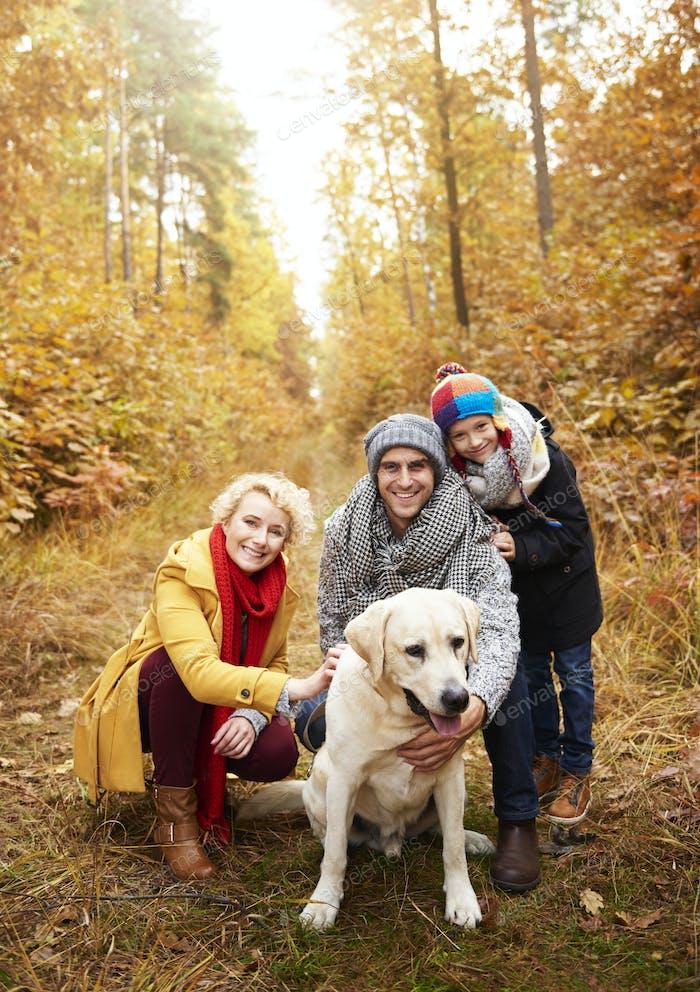Smiley Eltern mit Sohn und Hund
