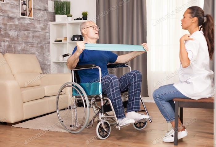 Behinderte Seniorenpatienten trainieren